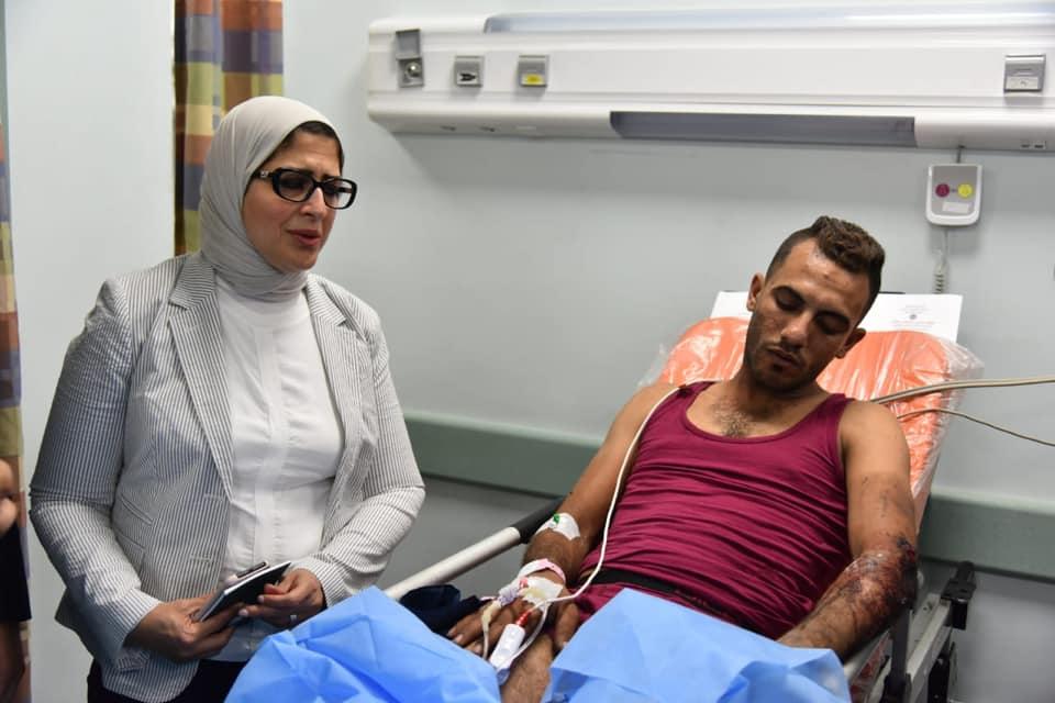 وزيرة الصحة المصرية مع أحد المصابين