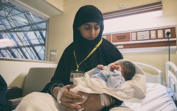 """الصورة: سمّته """"محمد"""".. أفغانية تلد أول طفل بموسم الحج"""
