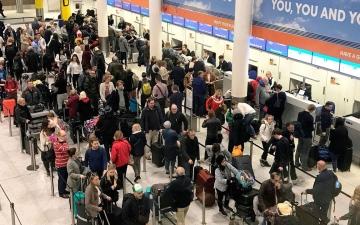 الصورة: خلل تقني يعطل آلاف المسافرين في مطارات لندن