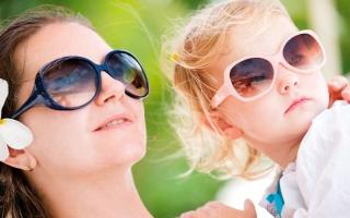 الصورة: «بالنظارة والكاب» حافظي على عيون طفلك