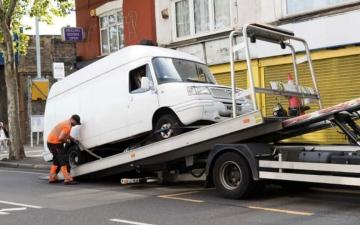 الصورة: سائق يضرب شرطيا بمنجل بعدما طلب منه التوقف في لندن