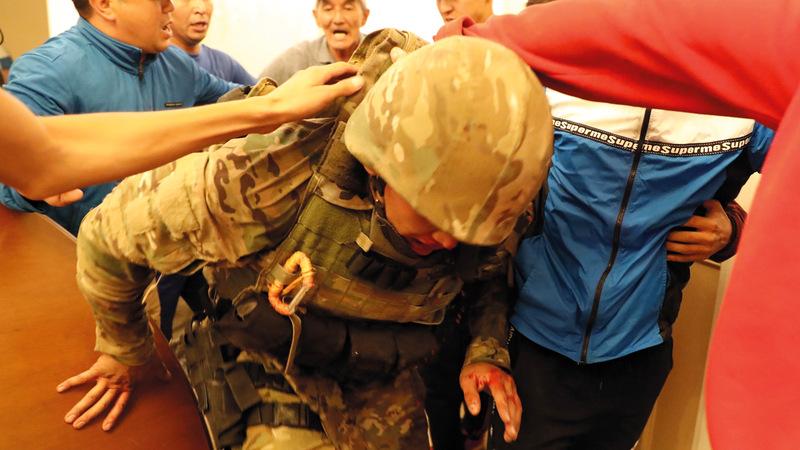 الحراس يعتقلون عنصراً من القوات الخاصة. إي.بي.إيه