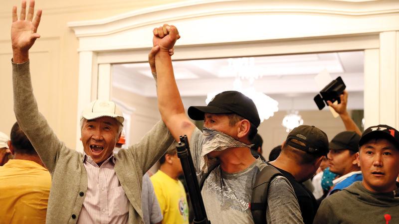 الحراس يحتفلون بإفشال محاولة اعتقال الرئيس السابق. إي.بي.إيه