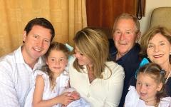 الصورة: جورج دبليو بوش يستقبل أول حفيد ذكر