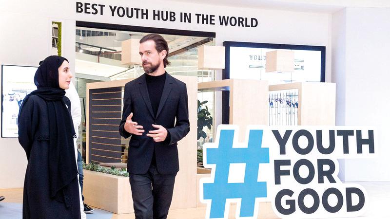 شما المزروعي وجاك دورسي خلال إطلاق مبادرة «شباب تويتر للخير». من المصدر
