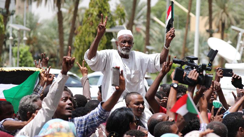 الجماهير السودانية تحتفل بالاتفاق. إي.بي.إيه