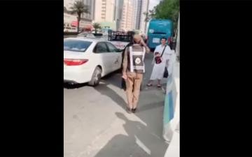"""الصورة: تحية عسكرية من رجل أمن سعودي لوالدته """"الحاجة"""" تشعل مواقع التواصل"""