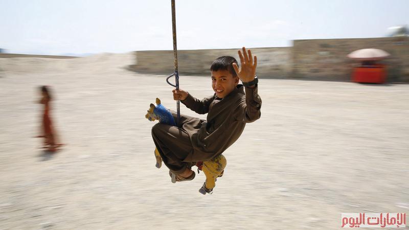 فرحة العيد تعلو في الأجواء، وتحلّق على أرجوحة.. ترسم لوحة سعادة، ملوّنة بابتسامات الصغار الصافية، في شتى بقاع العالم الإسلامي.. وكأنها تتحدى كل ما وراء الصور من خلفيات ومشاهد أخرى. الإمارات اليوم ووكالات