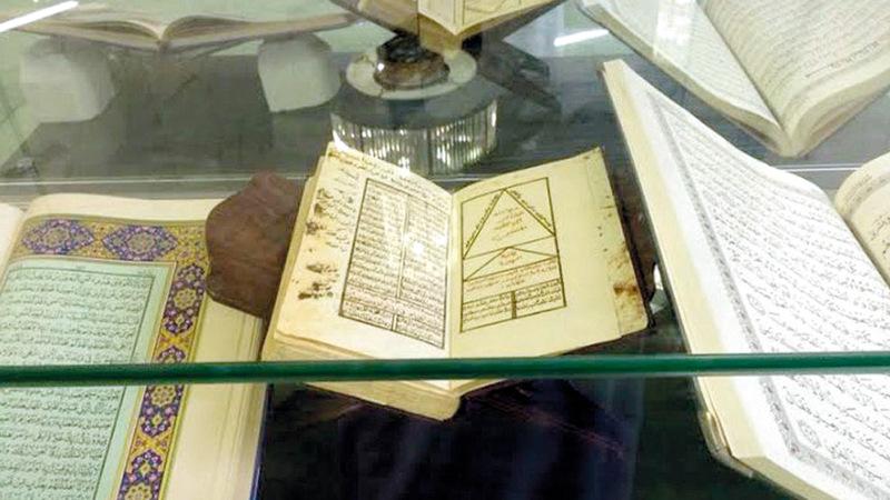 المكتبة تضم آلاف المخطوطات الأصلية والكتب النادرة. واس