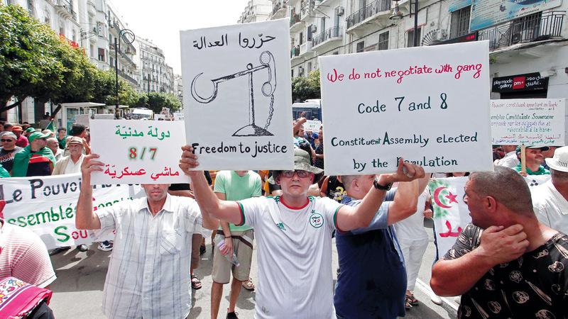 تظاهرات الجزائر تضع النخبة التقليدية الحاكمة في أزمة. أ.ب
