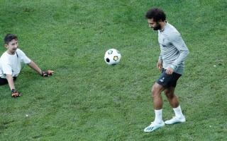 الصورة: بالفيديو.. الولد مبتور القدمين يسلم كأس السوبر الأوروبي