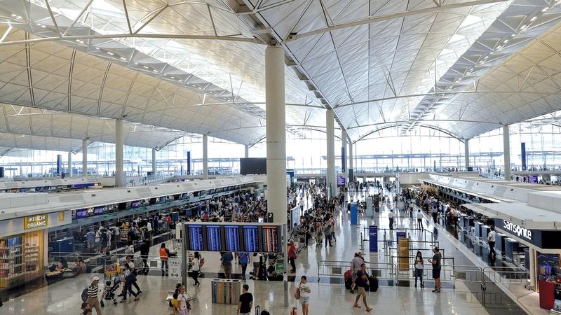 تعطلت حركة الطيران في مطار هونغ كونغ الدولي بسبب الاحتجاجات. أ.ب