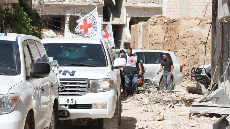 قافلة تابعة للأمم المتحدة تحاول شق طريقها وسط المناطق المهدّمة في داريا بهدف إيصال المساعدات التي تعطلت كثيراً للمحتاجين.  أ.ف.ب