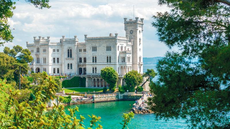 القلعة تقع في خليج جريجنانو على بعد بضعة كيلومترات من مدينة ترييستي الساحلية الإيطالية. أرشيفية