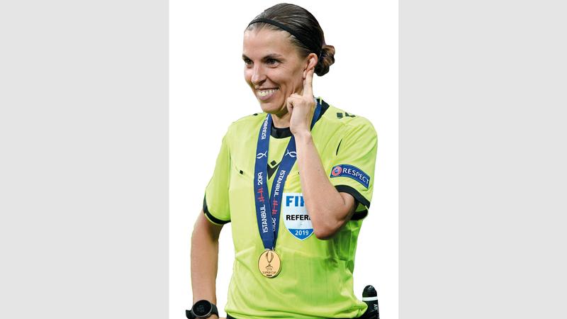 ستيفاني فرابارت أول امرأة تحكم مباراة أوروبية كبرى للرجال. أ.ف.ب