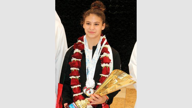 ليلى الخطيب تحمل كأس العرب للسباحة. من المصدر