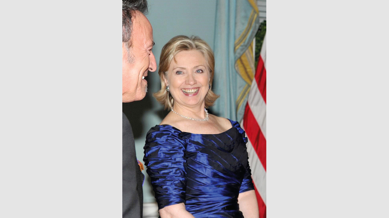 هيلاري كلينتون ترتدي ثوباً شبيهاً بالثوب الموجود في اللوحة.  من المصدر