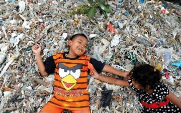 الصورة: المال مقابل الأزبال.. قرية إندونيسية تتعيش من تدوير النفايات