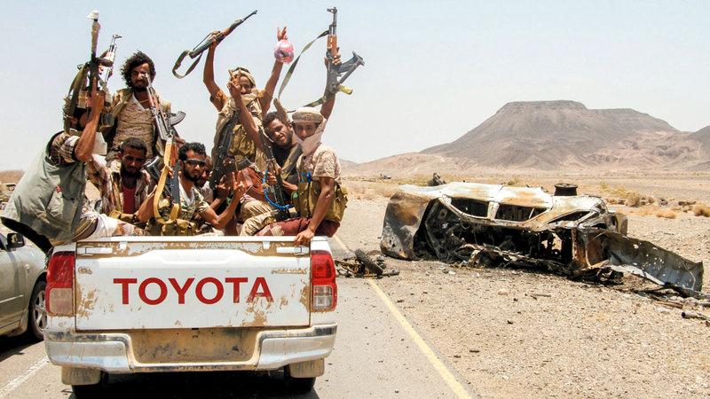 مقاتلون من الشرعية اليمنية في الطريق المؤدي إلى معسكر خالد بن الوليد شرق المخاء.  أ.ف.ب