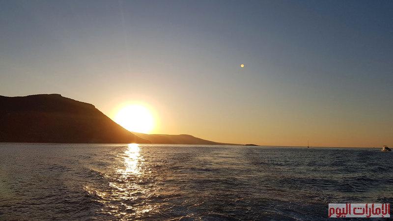 العودة من رحلة البحيرة الزرقاء مع غروب الشمس وانسدال اشعتها على سواحل مدينة بافوس التي تبعد عن العاصمة القبرصية 134 كيلومتر