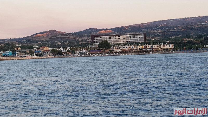 تستغرق الرحلة بالباخرة من الميناء الى البحيرة الزرقاء ساعة، حيث تسير المركب بسرعة متأنية لتسمح للركاب بالاستمتاع بمشاهدة المعالم السياحية والتاريخية المختلفة