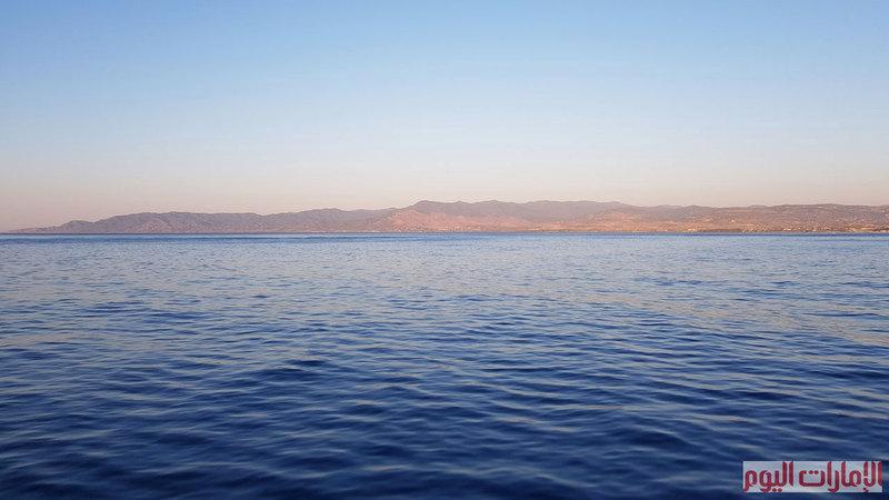 توصف البحيرة الزرقاء في اكاماس بانها حمام سباحة  مقابل الجبال في وسط البحر ، ما يسمح لقاصديها بالاستمتاع بألوان وهدوء مياهه بعيدا عن الشواطئ المكتظة بالسائحين