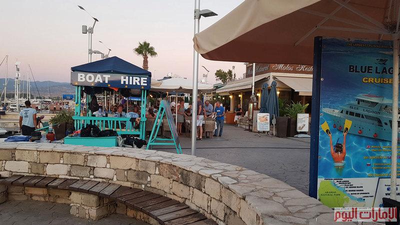 يمكن الوصول للبحيرة الزرقاء في اكاماس عبر ميناء السفن المخصص لرحلاتها والذي يمتاز بمحلاته التجارية الصغيرة ومطاعمه الجميلة