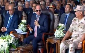 الصورة: «بتقبض كام؟».. السيسي يفاجئ رئيس الشركة الوطنية بسؤال عن راتبه