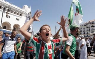 الطلبة يقتحمون أول ندوة صحافية للجنة الحوار في الجزائر