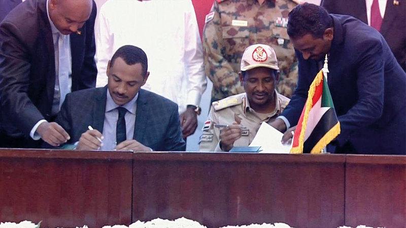 حميدتي وأحمد ربيع وقّعا الاتفاق ممثلَين عن المجلس العسكري و«قوى الحرية والتغيير».  من المصدر