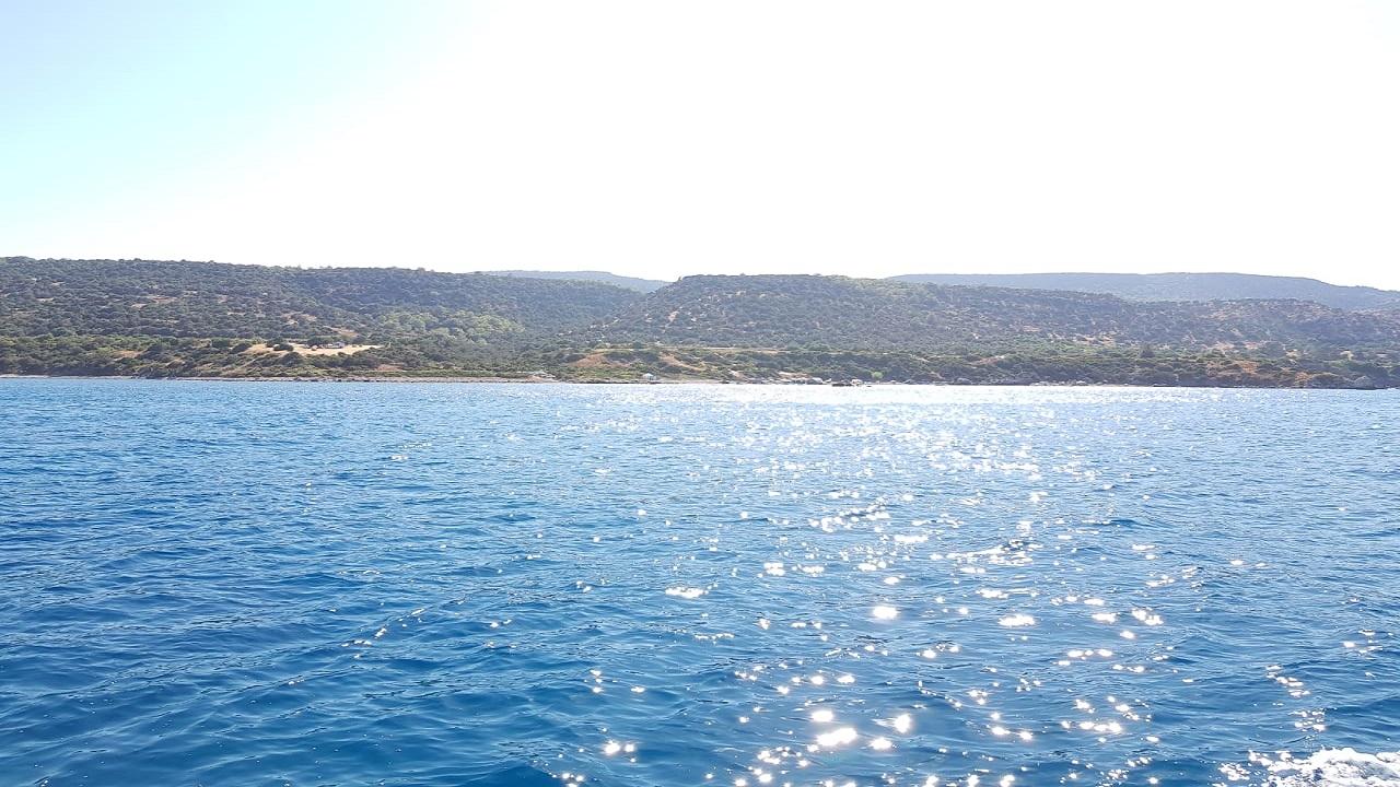 تقع البحيرة الزرقاء في غرب بلدة اكاماس الواقعة في مقاطعة بافوس القبرصية، وتمتاز بمياهها النقية التي توصف بحبات الكريستال من شدة صفائها وجمال لونها