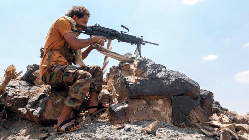 مقاتل من الشرعية اليمنية خلال الاشتباكات مع الحوثيين في إحدى مناطق تعز. أ.ف.ب