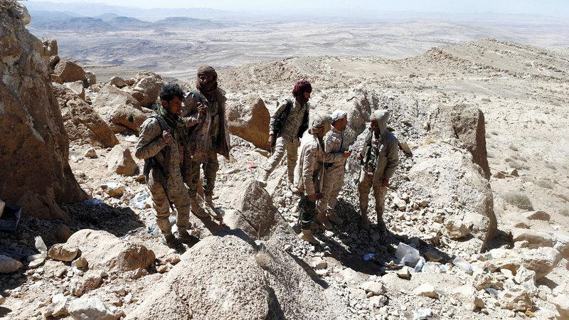 قوات من الشرعية اليمنية في أحد المواقع بجبهة نهم القريبة من صنعاء. رويترز