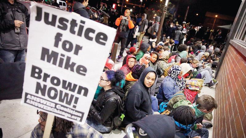 متظاهرون يطالبون بمحاكمة قتلة مايكل براون. غيتي