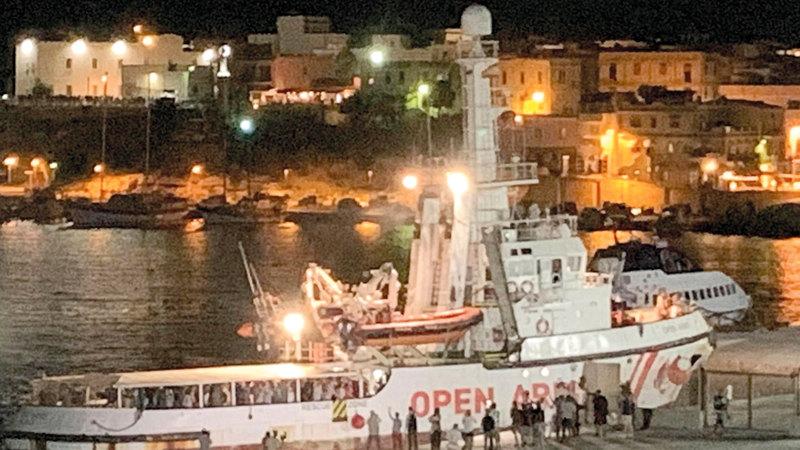 مدريد عرضت الأحد استقبال السفينة بمرفأ الخثيراس في جنوب إسبانيا. إي.بي.إيه