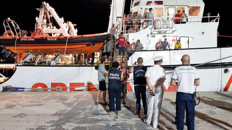 المهاجرون لدى نزولهم في ميناء لامبيدوسا. إي.بي.إيه