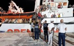الصورة: بالصور.. المهاجرون العالقون على متن «أوبن آرمز» ينزلون في لامبيدوسا