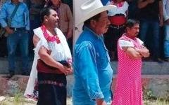 الصورة: سكان يجبرون عمدتهم على ارتداء ملابس نسائية