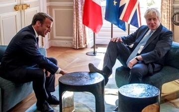 الصورة: «حذاء خرتشوف» على طاولة «الإليزيه» في لقاء ماكرون وجونسون