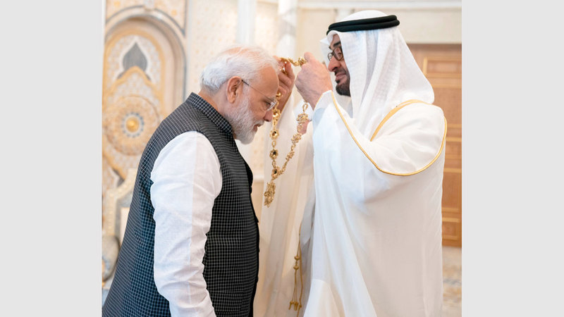 محمد بن زايد يقلد رئيس وزراء جمهورية الهند «وسام زايد». وام