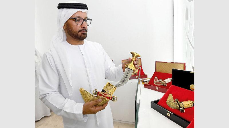 عبدالله ثاني راشد المطروشي رحلة بمجال البحث في تاريخ الخنجر الإماراتي.  تصوير: إريك أرازاس