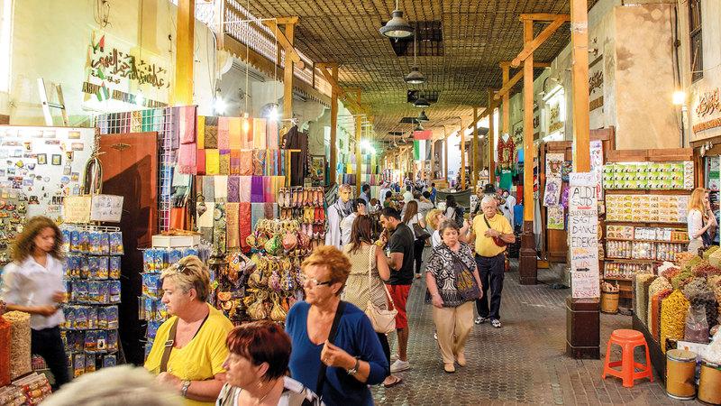تتميز أسواق دبي بالمظاهر التراثية الجميلة، ومنها الأسواق القديمة الشعبية. من المصدر