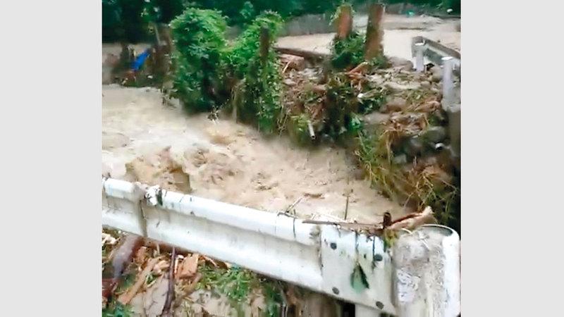 المياه جرفت كمية كبيرة من الطمي وأتلفت مزروعات.  رويترز