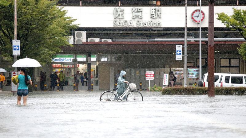 مياه الأمطار غمرت الطرق المؤدية إلى محطة ساغا للحافلات. أ.ف.ب
