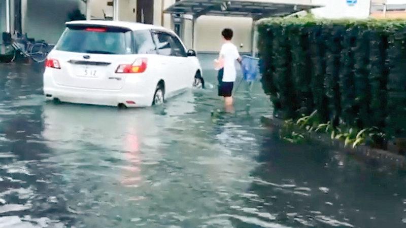 الأمطار غمرت الشوارع.. والسيارات تعطلت. رويترز