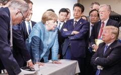 الصورة: المستشارة الألمانية ميركل تسخر من الرئيس الأميركي