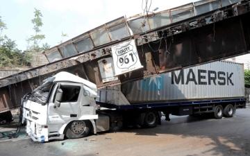 الصورة: بالصور.. سقوط جسر حديدي على شاحنة في بيروت