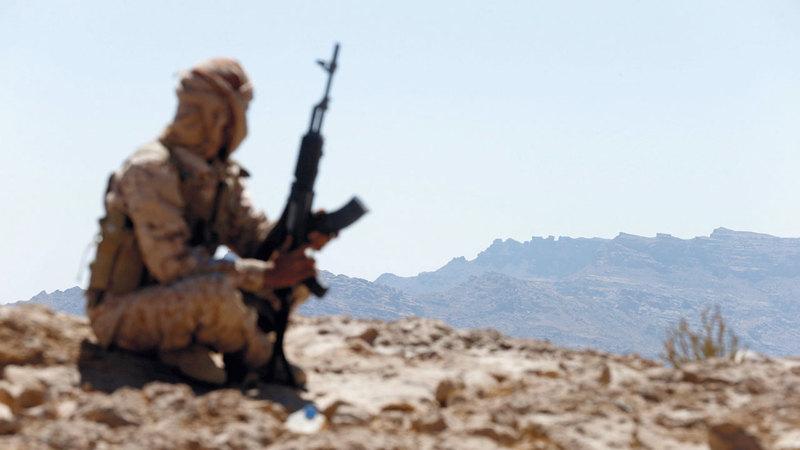 جندي من الشرعية اليمنية في أحد المواقع بجبهة نهم القريبة من صنعاء. رويترز