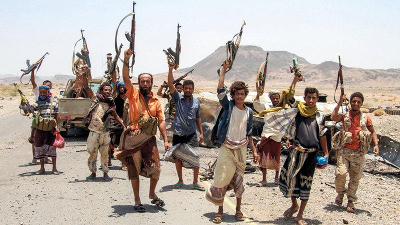 مقاتلون من الشرعية اليمنية في الطريق المؤدي إلى معسكر خالد بن الوليد شرق المخاء.  رويترز