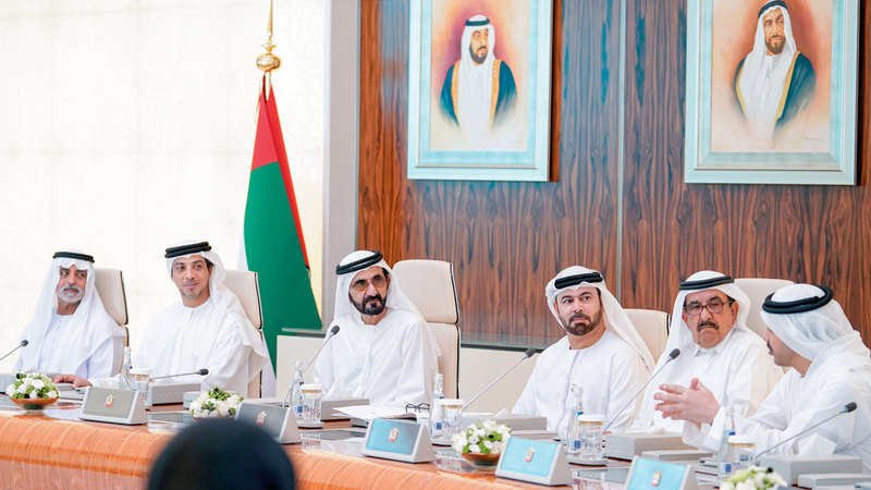 محمد بن راشد خلال ترؤسه اجتماع مجلس الوزراء بقصر الوطن في أبوظبي. وام